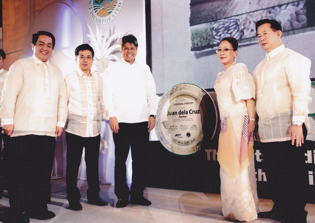 UHI Executive VP Mrs. Milagros Ong How and Mr. How on the left and Senator Kiko Pangilinan on the right, with Rommel Cunanan