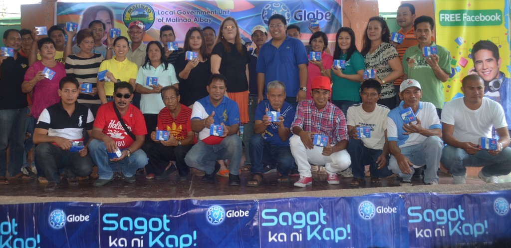 Malinao Mayor Alicia B. Morales (center) graces the launch of the community-based Disaster Risk Reduction and Management Program initiated by Globe Telecom.  Together with her are the barangay captains who received mobile phone kits as part of the Globe Sagot Ka ni Kap program.