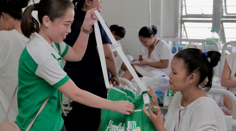 The Absolute Mommy Welfare Month focuses on the wellness of first-time mothers by addressing key issues on infant development, after-birth physical recovery, and postpartum conditions. Photo shows Absolute Brand Manager handing over a wellness bag to one of the new mothers in Fabella Hospital.